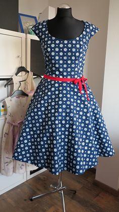 šaty+modrotiskové,+kolová+sukně,+sedmikráskové+ušila+jsem+šaty+ze+Strážnického+modrotisku+tyto+mají+top+se+spadenými+rukávky,+sukni+kolovou,+podšitou+bavlněným+voálem+foceno+bez+spodnice+majitelku+již+mají+další+na+míru Summer Dresses, Fashion Ideas, Beautiful, Summer Sundresses, Summer Clothing, Summertime Outfits, Summer Outfit