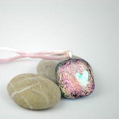 Halssmykke av rosa glass med to hjerter, nr 2