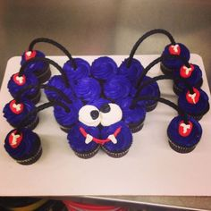 Spider Cupcake Cake with Black Licorice Legs Fete Halloween, Halloween Desserts, Halloween Cupcakes, Halloween Treats, Halloween Men, Pull Apart Cupcake Cake, Pull Apart Cake, Cakepops, Cupcake Torte