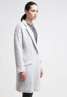 Ben jij opzoek naar een langere winterjas? En staat grijs je goed? Misschien is dat dan dé perfecte winterjas voor jou winter. Bij aldoor is hij nu te koop met 40% korting!! #aldoor #korting #damesmode #dames #winterjassen #jassen #koopjes