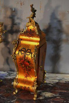 Garniture De Cheminée en vernis Martin - garnitures de cheminées French Clock, Objet D'art, Display, Painting, Gold Background, Antique Shops, Rock Shower, Pendulum Clock, Polish