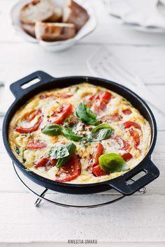 Frittata z pomidorami, mozzarellą i bazylią szybkie danie z jednej patelni