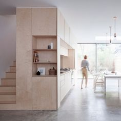 Niet direct zichtbare trap. Minimaltisch interieur Larissa Johnston: minimal home around plywood box.