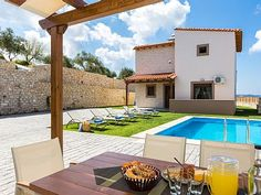 Rethymno villa rental - Enjoy your breakfast by the pool.