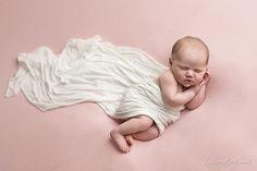Photo de nouveau-né intemporelle, et artistique. Venez apprendre auprès de Lucia !
