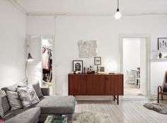 Mid-century in a serene white and grey home. Stadshem.
