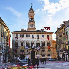 Ivrea che meraviglia! La caratteristica Piazza di Città è uno dei luoghi fulcro di @carnevale_ivrea in questi giorni potrete vederla addobbata con le bandiere e gli stendardi rionali delle squadre di Aranceri ma non perdetela il 6 7 8 e 9 febbraio 2016 quando la folla sarà gremita e la battaglia delle arance dilagherà tra le vie eporediesi! Il #CarnevaleIvrea è un'emozione da vivere! #Torino #Piemonte [link al post --> http://ift.tt/1PORkFT ]