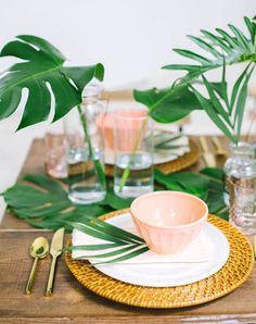 手編みのランチョンマットにシンプルな白のプレート、フラミンゴカラーのボウルを合わせたテーブルセッティング。アクセントにグリーンを取り入れて、南国気分に仕上げています。