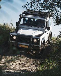 @expl_more has a new collection! Go check it out! Awesome graphics and great quality Go explore! : @laurens.de.smet #pandathelandy #landrover #defender #landroverdefender #landroverdefender90 #d90 #sonya7rii #offroad #frontrunneroutfitters #alloyandgrit #overland #onelifeliveit #explmore #nuggetstuff #carabinieri #MPi