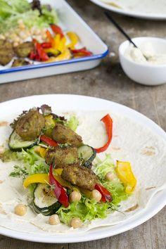 Falafel wraps met gegrilde groenten - Brenda Kookt! Burrito Wrap, Falafel Wrap, Tortilla Wraps, Kung Pao Chicken, Tacos, Healthy Recipes, Healthy Food, Food Porn, Dinner Recipes