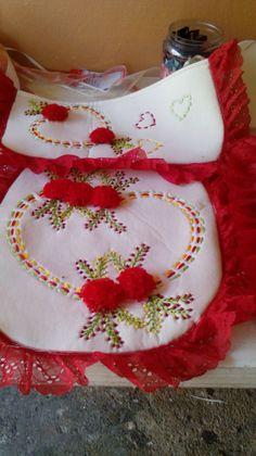 Ribbon Embroidery For Beginners Elaborado por Silk Ribbon Embroidery, Embroidery Patterns, Diy Crafts For Gifts, Embroidery For Beginners, Bathroom Sets, Stitch, Crochet, Fun, Gaming