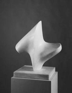 """Henry Moore - Upright Form: Knife-Edge, 1966. Een abstract beeld (heeft geen herkenbare voorstelling) Dit beeld lijkt dynamisch. Dit komt door de schuine lijnen die erin zitten (= compositie). Ook lijkt het te """"dansen/draaien"""" doordat het op een dunne voet staat. Een """"bewegende"""" of dynamische vorm is bijna altijd asymmetrisch."""