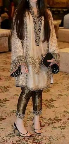 Pakistani Fashion Party Wear, Pakistani Wedding Outfits, Pakistani Dress Design, Indian Fashion, Beautiful Pakistani Dresses, Elegant Dresses, Beautiful Dresses, Formal Dresses, Wedding Dresses For Girls