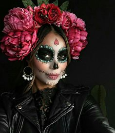 """Unicorns and Co .: These are the coolest Halloween costumes 2 Einhörner und Co.: Das sind die coolsten Halloween-Kostüme 2016 The figure """"La Catrina"""" actually comes from Mexico – as a costume it is not only cool, but also quite fashionable. Costume Halloween, Halloween Makeup Looks, Happy Halloween, Halloween 2015, Pretty Halloween, Halloween Makeup Sugar Skull, Scary Halloween, Halloween Crafts, Holiday Crafts"""