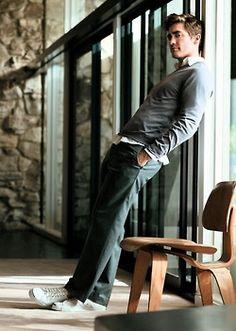 Informal, de tenis e jeans,mas a camisa em baixo dá um grau, um charme, uma sofisticação.