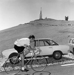 Eddy Merckx rijdt op de Mont Ventoux 1974