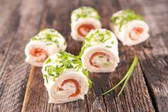 I rotolini di pane al salmone sono un'ottima idea antipasto. Facili e veloci da preparare saranno perfetti anche per giorni di festa e situazioni più formali. Ecco la ricetta