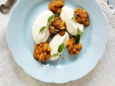 Gräddyoghurt med vanilj och rårörda hjortron
