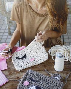 Trap bags in process - Nele Crochet Case, Crochet Clutch, Crochet Fabric, Fabric Yarn, Crochet Purses, Crochet Gifts, Easy Crochet, Crochet Toys, Knit Crochet