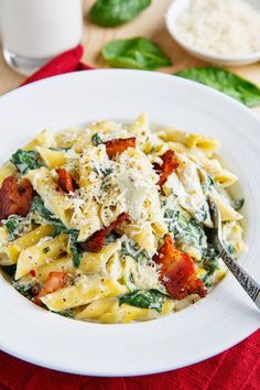 Spinach and Artichoke Dip Pasta - delicious! I used ⅓ fat cream cheese, low fat mozzarella, extra spinach and added cherry tomatoes. Pasta Recipes, Dinner Recipes, Cooking Recipes, Healthy Recipes, Diabetic Recipes, I Love Food, Good Food, Yummy Food, Paula Deen