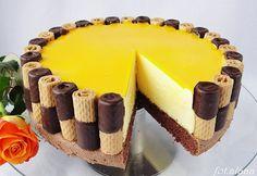 Fenomenální dort s chutí vaječného likéru. Trubičky použijeme na ozdobu. Dobrou chuť!