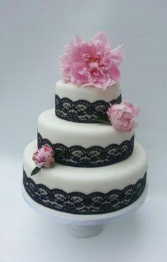Fresh white peony wedding cake ♥ with purple lace