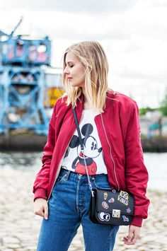 Mickey Mouse Shirt, red bomber jacket, patched bag from Zara (No bad Vibes), Levis Vintage Jeans - Hamburg, Streetstyle, Outfit, Blogger