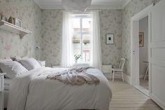 Lugnt gårdsläge, nästan helt utan insyn Scandinavian Interior Design, Nordic Design, Interiores Shabby Chic, Shabby Chic Interiors, First Apartment, Cozy Bedroom, Cottage Style, Interior And Exterior, Living Room Decor