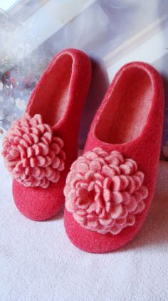 Very detailed lesson on how to make slippers using wet felting technique. In the PDF file you will find detailed step-by-step instructions, with 155 photo illustrations. It also includes detailed PDF flower felting tutorial. Flowers can be used as slipper decoration, or as a pin/brooch. Note: