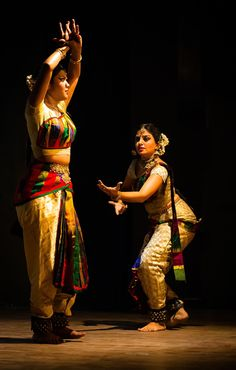 Great infusion of the multicolour check Tamil aesthetic. looks like Rukmini Vijayakumar's costume innovation is spreading Dance Photography Poses, Dance Poses, Folk Dance, Dance Art, Dance Photo Shoot, Indian Classical Dance, Dance World, Dance Paintings, Country Dance
