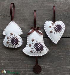 Karácsonyi díszeim fehér filc, valamint barna alapon fehér pöttyös anyag kombinációjából készültek! Külsejüket hímzőfonal és szalag díszíti! Belsejüket vatelinnel béleltem!  Magasságuk : Kunyhó - 9,5 cm, Harang - 16 cm, Szív - 9 cm Szélességük : Kunyhó (max.) - 7 cm, Harang (max.) - 9 cm, Szív - 7,5 cm Hosszuk (szalaggal együtt): Kunyhó - 16,5 cm, Harang - 22,5 cm, Szív - 14 cm  Függőjük barna színű szalag!  Az ár mindhárom díszt tartalmazza! (Kunyhó: 570 Ft, Harang: 670 Ft, Szív - 570 Ft)…
