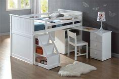 lit mignon et un bureau sympathique, tapis blanc moelleux, petit escalier avec espace de rangement