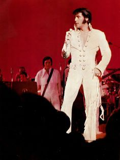1970 8 12 Elvis on stage at the Las Vegas Hilton
