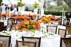 Decoração de casamento - Mesa dos convidados - Arranjos de flores em laranja e verde - Cadeiras Tiffany com encosto de palha by Luis Fronterotta ( Decoração: Disegno Ambientes | Foto: Fernanda Scott )