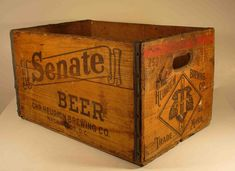 Beer Crates I'd like to create storage in the kitchen with a few antique wooden crates like this one. Vintage Crates, Old Crates, Vintage Box, Wooden Crate Boxes, Wood Boxes, Diy Card Box, Crate Decor, Shipping Crates, Wooden Diy