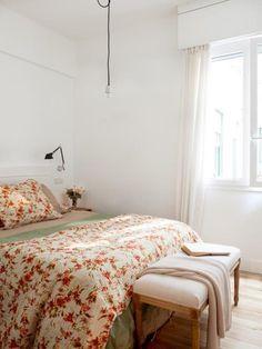 DORMITORIO - REFORMA Y DECORACIÓN, NATALIA ZUBIZARRETA INTERIORISMO. Las generaciones se fusionan en el hogar de Amaia. Recuperando la vivienda de su abuela, se ha buscado obtener máxima luminosidad en un espacio en el que muebles y objetos, que viven en esta casa desde siempre, convivan con estilo sencillo y moderno que caracteriza a los nuevos inquilinos. Bed, Furniture, Home Decor, Home, Beams, Feng Shui Bedroom, Low Beds, Zen Decorating, Simple Style