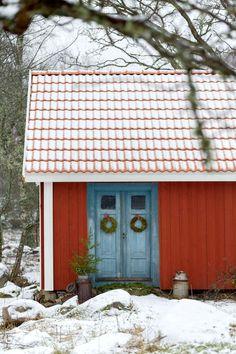 Drängstuga, kokhus, hönshus. Lillstugan här på gården i Hemmingsmåla har en lång och brokig historia. Planen är att förvandla huset till gäststuga. När Anton fick köpa gården hade den stått tom i två år, efter en ensam farbror som bott här hela livet. Boningshuset hade moderniserats i mitten av förra seklet, efter den tidens ideal, och alla vackra spegeldörrar var borta. Den ursprungliga förstukvisten var ersatt av en anskrämlig sak med balkong.