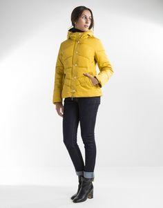 Plumífero corto amarillo de mujer con capucha, dos bolsillos laterales y cierre con cremallera y broches