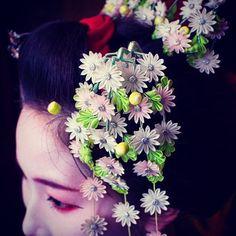 """October!!! (^v^)/"""" #maiko #kanzashi. For October . Adorno de pelo que las maikos llevan este mes Photo from @aerofin881 in twitter"""