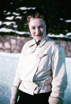 1939. Kvinna i ljus jacka och mörk, toppig mössa.