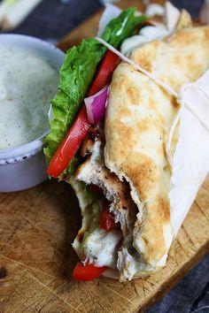Pitas au poulet rapide et facile...sauce tzatziki Voici 2 recettes en une ! On vous explique ici comment faire un super pita au poulet et une excellente sauce tzatziki. Très populaire en Grèce laissez vous porter par les saveurs. Parfait pour un dine