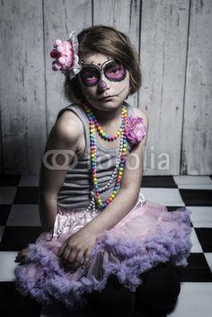 kleines Mädchen mit Sugar Skull Make up mit Hut