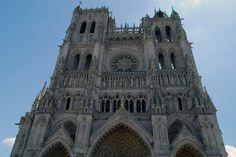 excepto el crucero la cual se cubre con boveda de crucería.Sin embargo , por encima de cualquier otra edificación , la ciudad medieval elevó grandes templos y catedrales , que pretendian mostrar el poder económico de las ciudades y la religiosidad de sus habitantes.