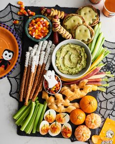 This snack board works as an appetizer for your Halloween party or an easy dinner to serve before trick or treating. Halloween Snacks, Comida De Halloween Ideas, Pasteles Halloween, Bonbon Halloween, Halloween Punch, Halloween Dinner, Halloween Festival, Halloween Cupcakes, Halloween 2020