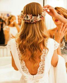 Precioso peinado y corona para novia