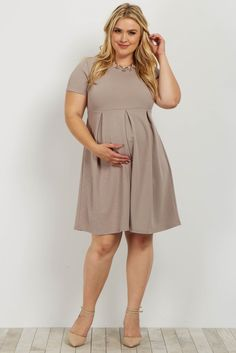 We are in love with this basic style that is perfect to dress up or down for any occasion. This versatile maternity dress features neat pleats and short sleeves. Wear this maternity dress with wedges and a statement necklace for a beautiful ensemble. Plus Size Maternity Dresses, Maternity Dresses Summer, Dresses For Pregnant Women, Cute Maternity Outfits, Casual Maternity, Pregnancy Outfits, Pink Blush Maternity, Maternity Wear, Maternity Fashion