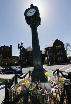 Em memória a menino morto, relógio de rua em Boston 'para no tempo' | Ponteiros foram deixados fixos às 2h50, hora em que explosões ocorreram. Local no bairro da família de Martin Richard, de 8 anos, virou memorial. http://mmanchete.blogspot.com.br/2013/04/em-memoria-menino-morto-relogio-de-rua.html#.UXA2gLVQGSo