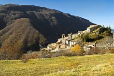 Gavelli, frazione del Comune di Sant`Anatolia di Narco, deriva il toponimo presumibilmente da un patronimico. Il castello tardo-medievale sorge lungo il percorso per Moneteleone di Spoleto, su pendio molto scosceso.