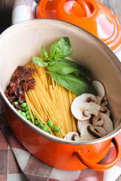 One pot pasta champignons , tomates séchées et petits-pois