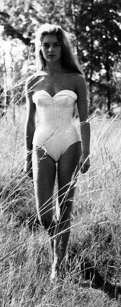 Brigitte Bardot. J'ai vu un seul film d'elle. Pourtant, je n'ai rien compris :)) alors je ne le finis pas encore.